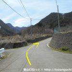 檜峯神社前バス停から坂道を上って国道137号線を横切ったらその先の分岐を右へ進んでその先の分岐も右に進む