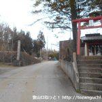 石割神社前宮を右に見送り石割神社の参道入口の方に進む