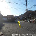 西川バス停前の分岐を右に進む