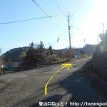 西川バス停から坂を上がったところのT字路