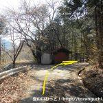 笹子東登山口に向かう林道の入口の右カーブ