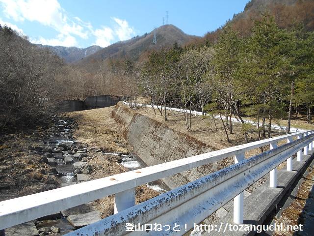 笹子変電所から見る清八峠に向かう登山コース