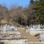 笹子雁ヶ腹摺山の登山口前の墓地の階段