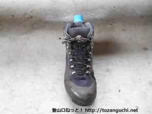 靴の中にお湯の入ったペットボトルを突っ込む
