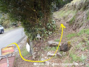穂積神社の一の鳥居の手前のヘアピンカーブのところにある竜爪山の登山コースに入ったところ