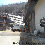 景徳院の裏手にある大鹿峠登山口から登山コースの入口を見る