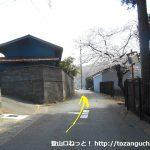 桜公園に行く途中の稲村神社手前を左折したら小路を直進
