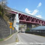 国道20号線の宮下橋南詰の交差点を左折して中央自動車道の高架下をくぐる