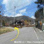 百蔵山登山口前の分岐を左へ