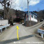 戸並入口バス停から坂を上がったところの分岐を左へ