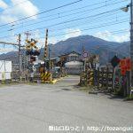 鳥沢駅東側の踏切