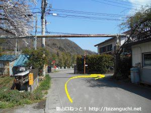 鳥沢駅東側の踏切を渡ったらT字路を右折