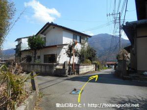 鳥沢駅東側の踏切を渡ったらT字路を右折した先の辻を直進