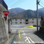 鳥沢駅東側の踏切を渡ったらT字路を右折した先の辻を直進して広めの道に出たら右折