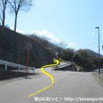 高畑山の登山口の入口手前で左に入るところ