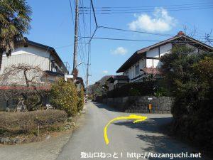 高畑山の登山口の手前の住宅街の路地を右折