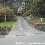 尾続バス停横にある尾続山の登山コース入口