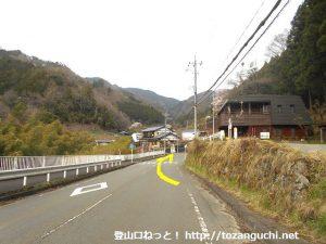 和田バス停横を通る県道521号線