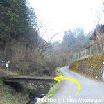 篠原の石砂山登山口前の橋を渡る