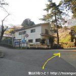 東野バス停横の分岐の上に上がったところの分岐を右へ