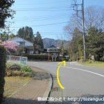 石老山入口から500mほど歩いたら左カーブのところで右の小路に入る
