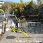 千木良バス停から山側に向かう小路の先のT字路を左折