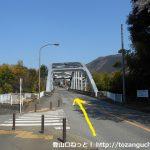 尾崎記念館の手前の鉄橋