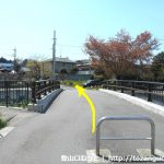 武蔵岡アパートの奥の橋を渡る