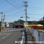 飯山観音前バス停横の赤い欄干の橋を渡る