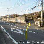県道64号線沿いの中沢橋北側で右のわき道に入る