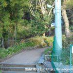 大山ケーブル駅入り口前の登山コース入口