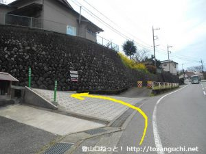 県道710号線から寄のしだれ桜の方に入る