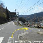 県道710号線の田代向バス停から右に入る