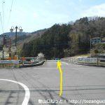 田代向の橋を渡ってT字路を左折して直進