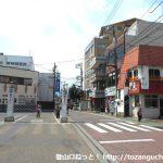 新松田駅北側の車道を西に進む