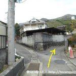 新松田駅から西平畑公園に行く途中の路地の分岐を右へ