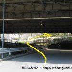 高速松田バス停から下道に下りたら北側に拘束の下をくぐり右折する