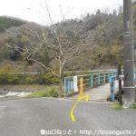 谷峨駅の東側にある吊り橋を渡る