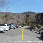 金時神社入口バス停横のゴルフ練習場駐車場前