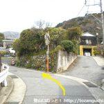 宮城野の明神ヶ岳登山口に行く途中の住宅街の路地のカーブ