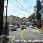 箱根湯本駅から裏通りを抜けて1号線に出たら右折