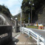 国道1号線の旭橋を渡る