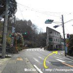 箱根町港から国道1号線を南に進み2つ目の信号を右折