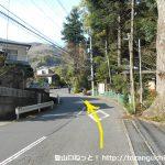 五郎神社横の車道を上がる