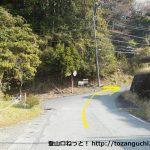 平石バス停の横から右に入ってすぐに右折