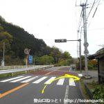 大沢温泉口バス停横の信号を右折