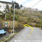 桃沢郷バス停横を左に曲がる