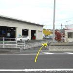 柳沢入口バス停横の小路に入る