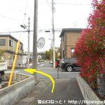 柳沢入口バス停横の小路に入ってすぐに左折