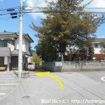 春日居町駅前の車道を北に進んでT字路を左折
